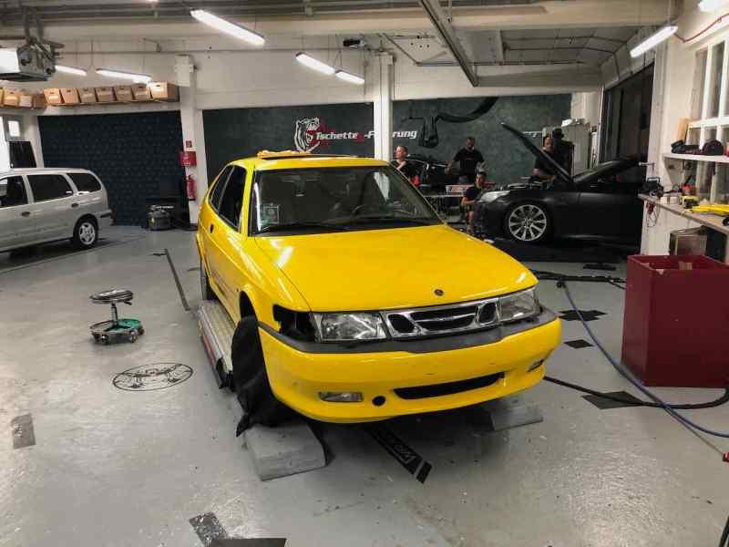 In realtà, la Saab è grigia e nel 2001 non c'era il colore giallo