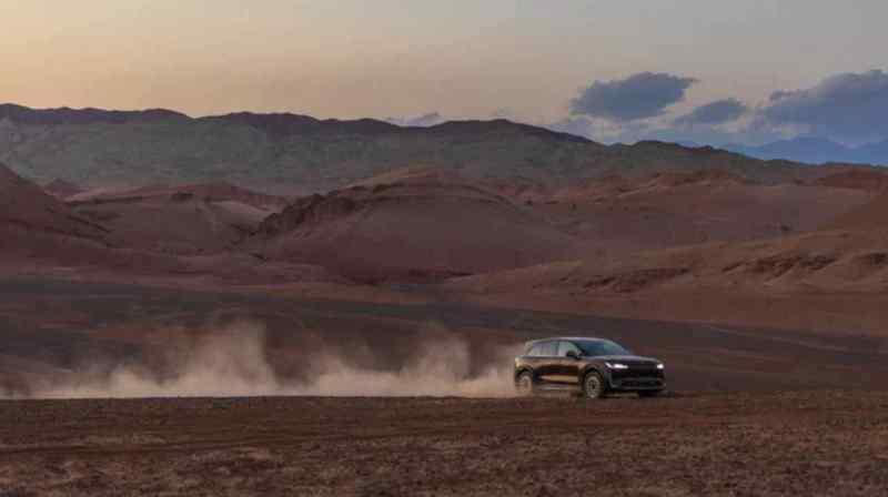 Hengchi 3 em movimento no deserto