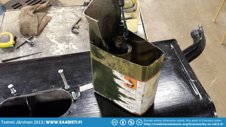 I made a very simple bucket for the pump of a used paint thinner can and some aluminium pieces. Hopefully the bucket keeps the pump from sucking air in hard cornering. If not - I'll make a better bucket.