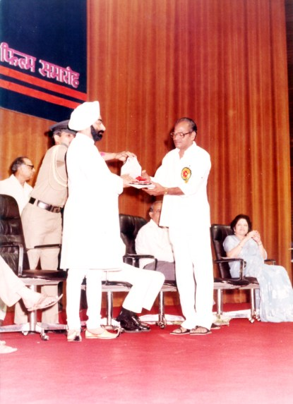 E Nagesh receiving Award