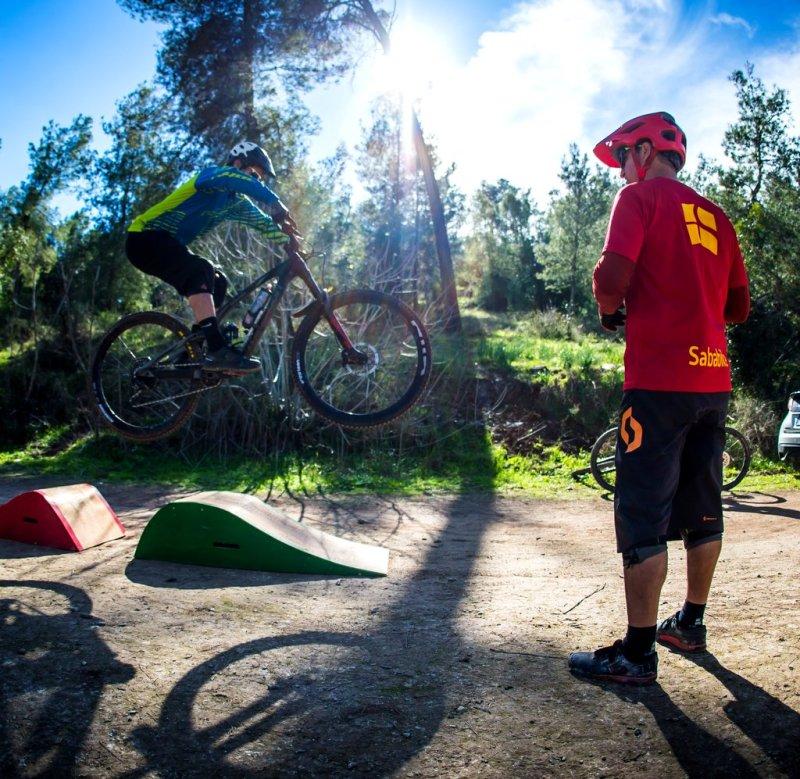 שיעור קפיצות פרטי על אופני הרים