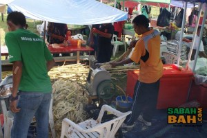 Lots of drinks are available at the Ramadan market, of which sugar cane is very popular. This machine extracts the sugary juice from the sugar cane