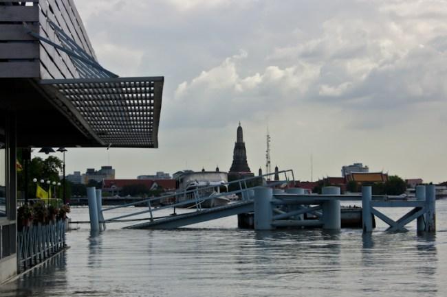 Выглядит зрелищно. Затопленная платформа. Конечно, никому не интересно, что она такая уже месяц. А переправа на другую сторону реки работает. Разве это вам расскажутпокажут?