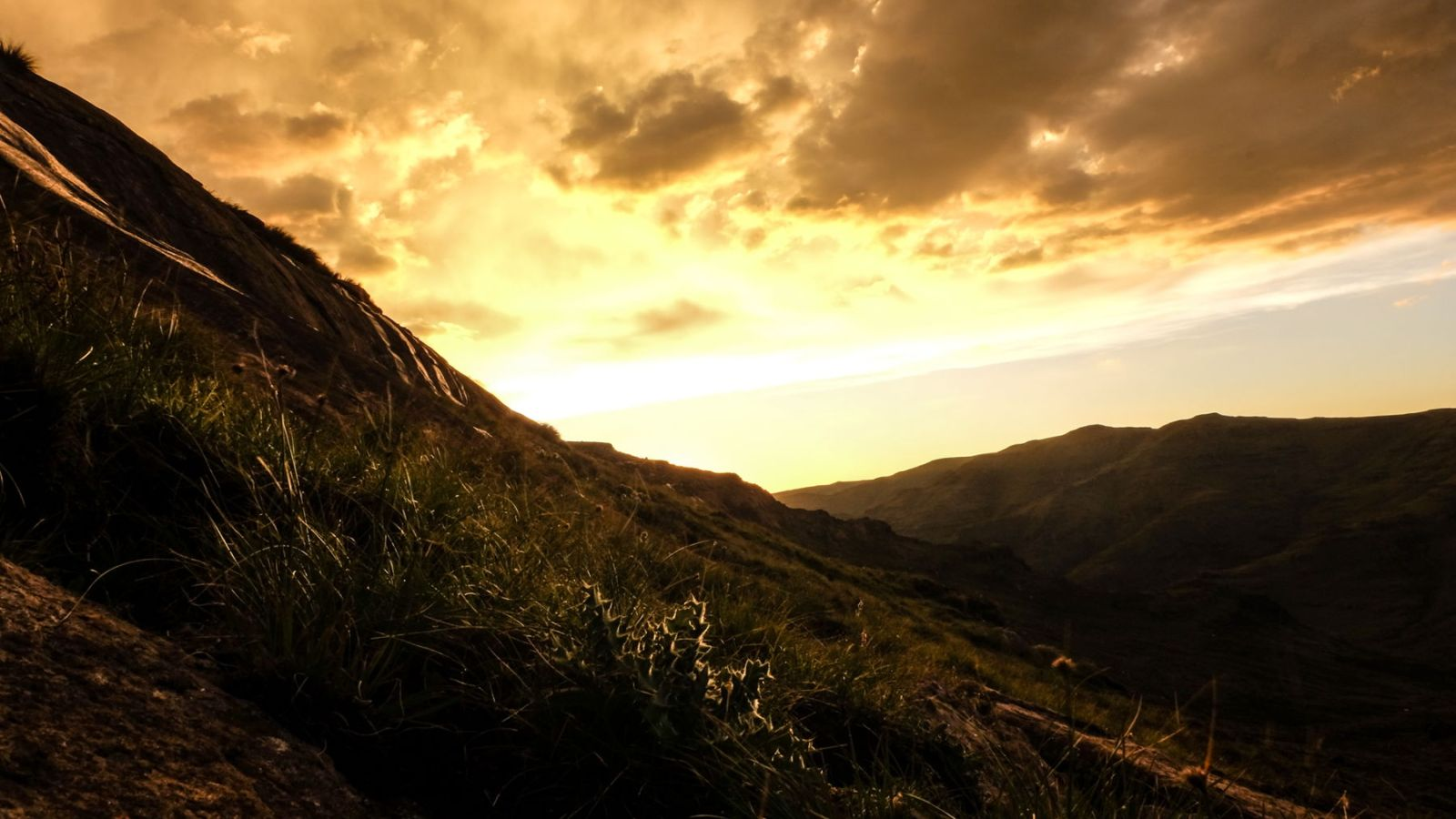 photo the sunset in the drakensberg mountains