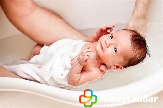 Bañar al bebe cuando tiene el cordón umbilical