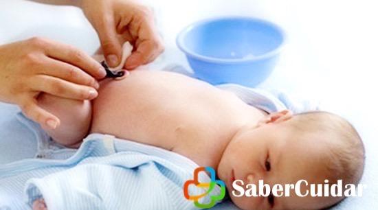 Limpiando el cordón umbilical del bebé