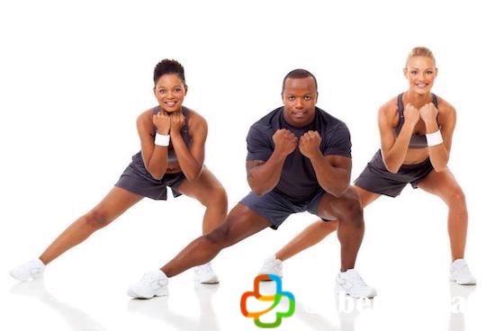 Jóvenes haciendo ejercicio para cuidar su salud
