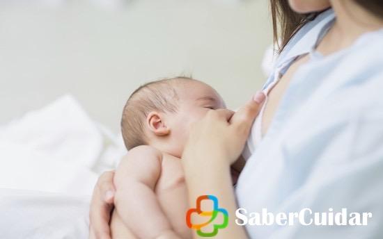 Alimentando a un bebé recién nacido