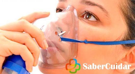 Mujer usando nebulizador para el asma