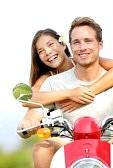 Parejas : Joven pareja en moto en los pares del amor alegre mestizos se divierten juntos fuera mujer que conducía moto motocicleta asiático, hombre de raza caucásica