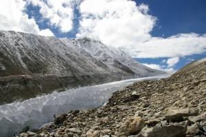 Este glaciar, ubicado en el suroeste del Tíbet, es uno de los muchos que van perdiendo hielo año tras año. (Foto: Niklas Neckel, Universidad de Tubinga)