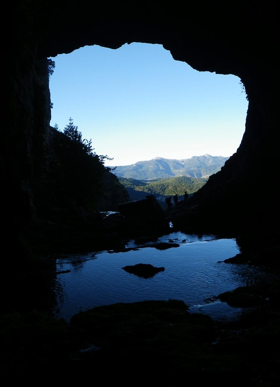 Desde el interior de la Cueva de Los Chorros