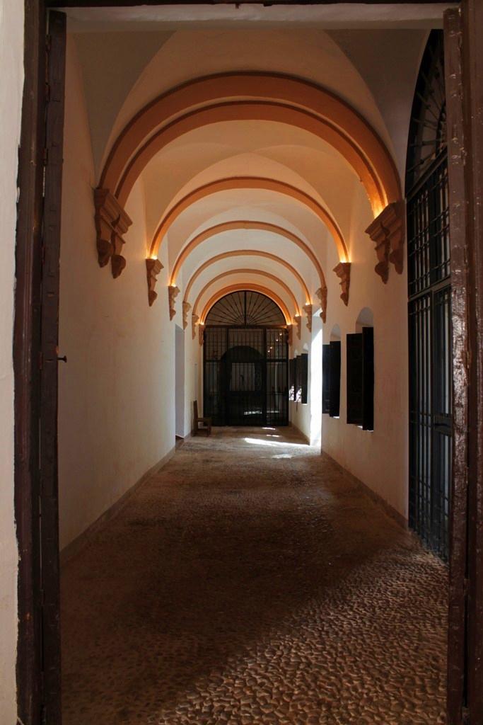 Por el interior del convento de los Agustinos, Fuenllana