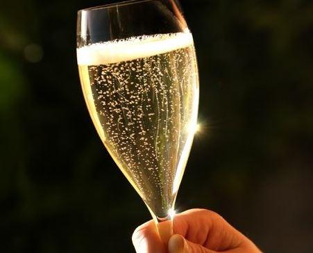 El número de las burbujas en una copa de champán