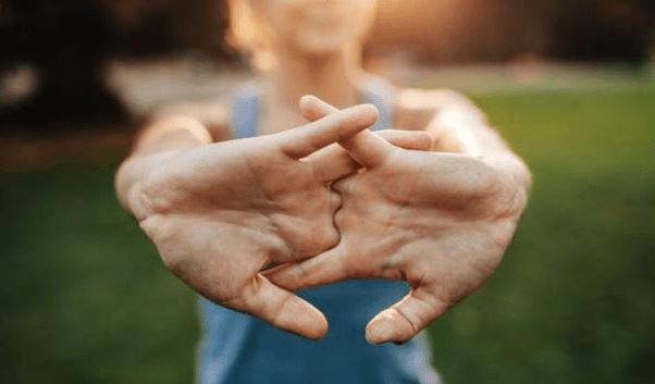 Lo que provoca el sonido al 'crujirse' los dedos no son los huesos