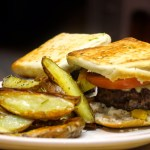 Mini hamburguesas acompañadas de papitas al horno
