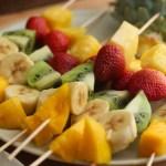 Brochetas de fruta con salsa de mango y yogurt