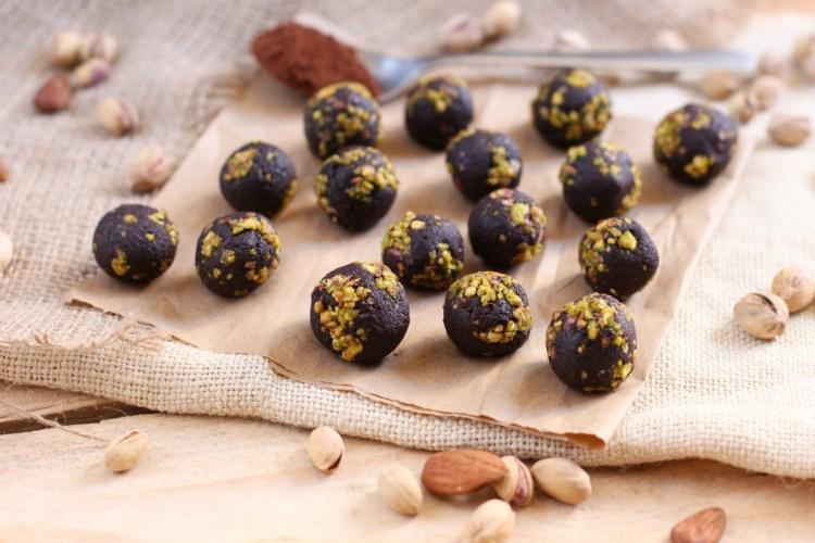 Bolitas de dátiles, cacao y pistachos