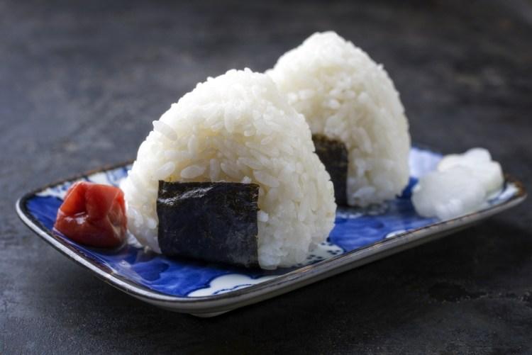 7 tipos de sushi que debes probar, aprende a identificarlos - onigiri sushi