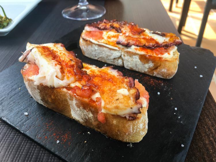 Montadito de pulpo, tetilla, vinagreta de tomate con salsa ali-oli Galicia Vigo