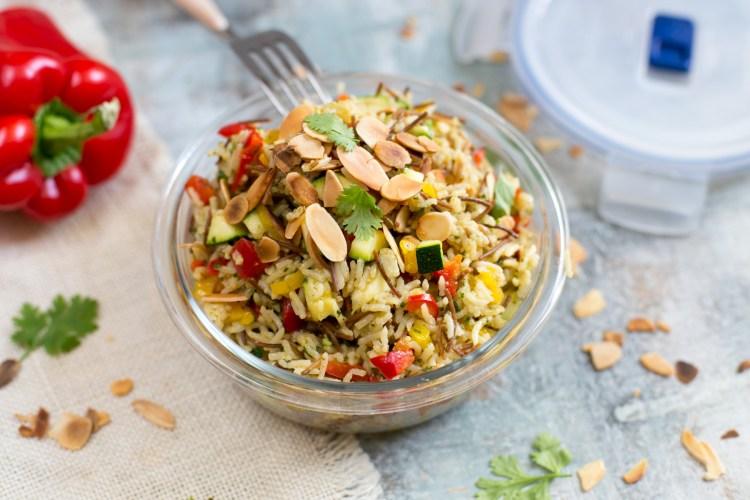Arroz árabe con verduras, cilantro y almendras tostadas