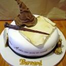 """Pastel decorado con una figura de chocolate en forma del """"Sombrero Seleccionador"""""""