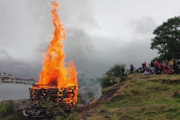 Midsommar, Sankt-Hans oder Jonsok. Das Mittsommerfest hat in Norwegen viele Namen. Gleich ist überall, dass am 23. Juni ein möglichst grosses Feuer in Wassernähe entfacht wird –bei den hiesigen Temperaturen (kalt) war dies neben der Symbolik wahrlich eine Freude.