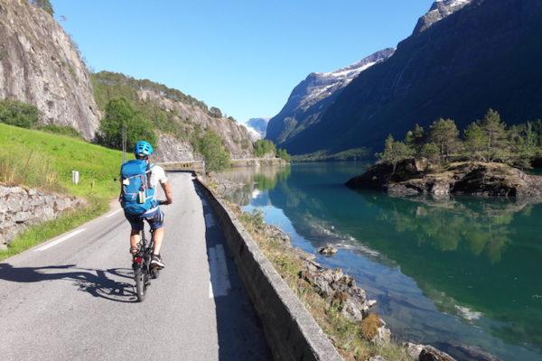"""Heute stand eigentlich nicht das Velo im Fokus, sondern der anstrengende, aber sehr lohnenswerte Klettersteig """"Via Ferrate Loen"""". Das Velo wurde somit zur wunderschönen Anfahrt und für einen Umweg an einen Angelplatz am Nordfjord genutzt."""