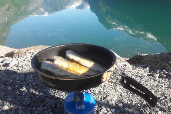 Das ist Norwegen: scheinen die norwegischen Nachbarn auf den ersten Blick mürrisch, bringen sie ein paar Stunden später frisch gefangene Forellen aus dem Lovatnet mit einem breiten Lachen vorbei.