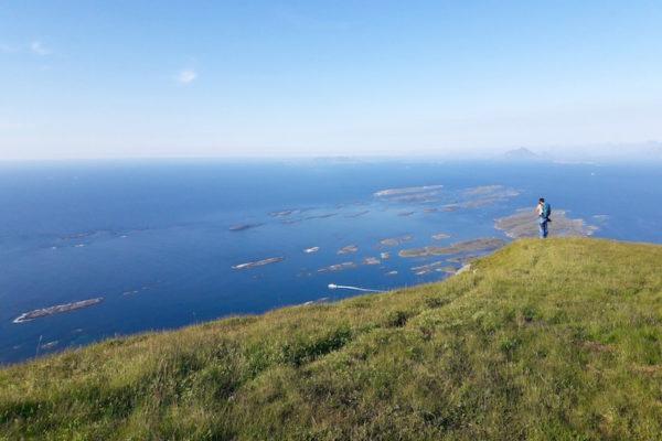 Bis jetzt definitiv der schönste Tag in Norwegen. Dies ist nicht dem hochsommerlichen Tag geschuldet, sondern ganz einfach aufgrund der Schönheit der Insel Lovund. Heute erklommen wir den steilen Hausberg Lovundfjell  mit 623 M. ü. M. und genossen anschliessend den späten Sonnenuntergang (bald kreuzen wir den Polarkreis) auf Terasse unserers Rorbus im Lovund Hotel.