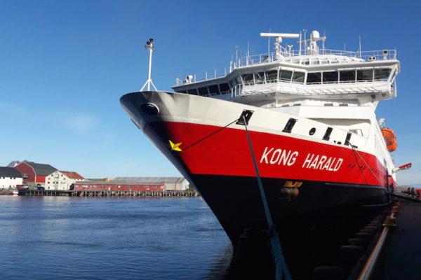 Pünktlich um 19.00 Uhr (allerdings unpünktlich für die Hurtigruten) verliessen wir bei Traumwetter unser Schiff MS Kong Harald und gingen auf einen kurzen Erkundungsspaziergang in Svlovær –die Hauptstadt der Lofoten. Also genau genommen zog es uns einfach zu unserem Stamm-Pizzaiolo Fellini.