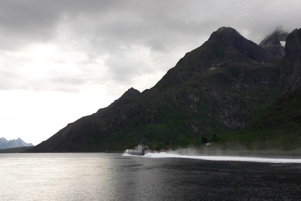 An der beeindruckenden Wasserstrasse Raftsund zwischen den Versterålen und den Lofoten fahren nicht nur die Hurtigruten durch, sondern zeigt zwischendurch auch lärmend das Norwegische Militär Präsenz –mit dem Kriegsschiff der 'Skjold-Klasse'.
