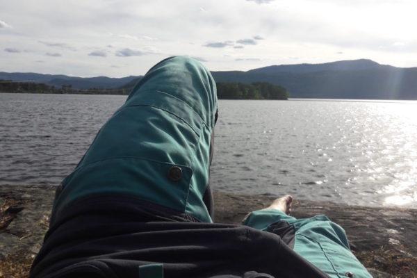 Innehalten am Geburtstag auf meinem Lieblingsfelsen auf dem Camping Vik am Nissersee. In Norwegisch heisst Relaxen übrigens lautmalerisch 'slapp av'.