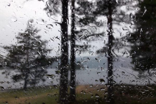 Erstmals auf dieser Reise Norwegen im Regen. Aber das erste Mal freut man sich fast noch drauf, hören sich doch Regentropfen auf dem Campingbus-Dach theoretisch romantisch an.