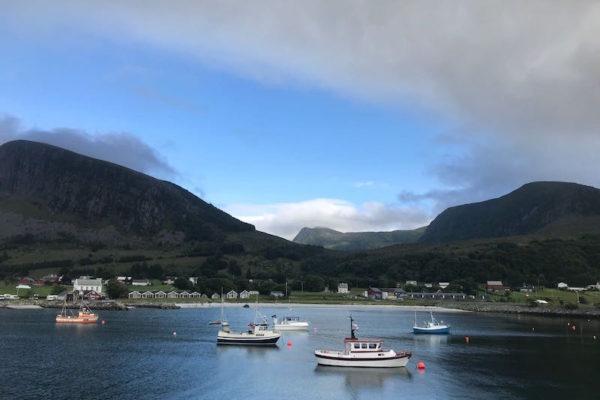 Das Bild vom heutigen Måndal ist fast schon symbolisch: dunkle Wolken und dennoch blauer Himmel prägten den Tag –abgerundet durch einen wunderschönen Sonnenuntergang über dem Romsdalfjord.