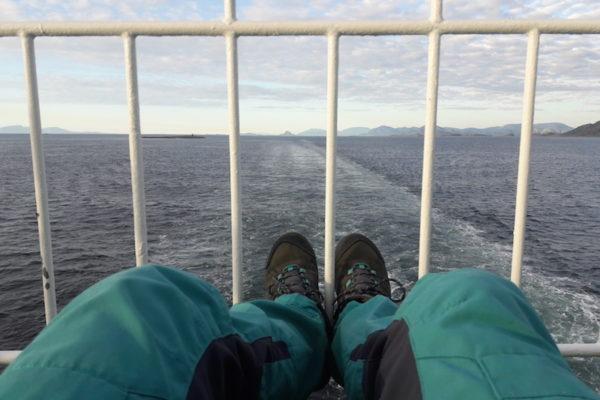 Weshalb geht man eigentlich gerne auf die Hurtigruten? Da ist sicher mal die unglaublich schöne Küste Norwegens. Einer meiner persönlichen Hauptgründe wird aber wohl sein, dass man einfach mal Innehalten kann –nichts denken & nichts planen. Und langweilig wird einem dabei erstaunlicherweise auch nie.