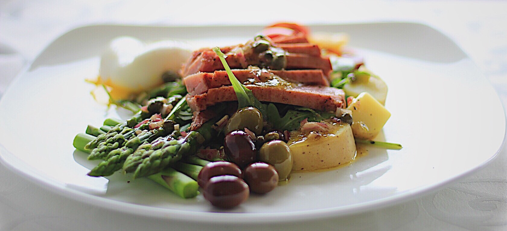 Seared Tuna Nicoise Salad with Asparagus and Arugula