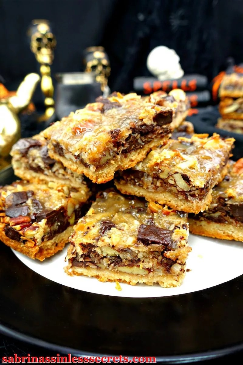 How can you not be satisfied with a dessert that incorporates gooey caramel, dark chocolate, nuts, and coconut flakes, married over a shortbread crust? The bonus with these irresistible Paleo and Vegan Seven Layer Magic Bars is that they're completely sinless, Paleo, gluten-free, grain-free, dairy-free, vegan, egg-free, refined sugar-free, and clean-eating!