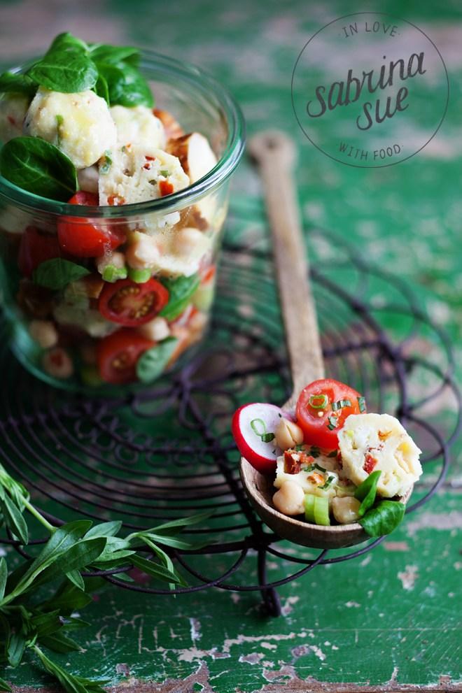 Brezel Feldsalat & mediterrane Tomaten-Kräuter Quarkklösschen