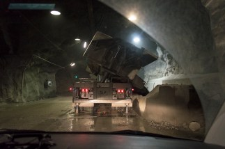 the truck dumping iron ore to be in the crushing machine