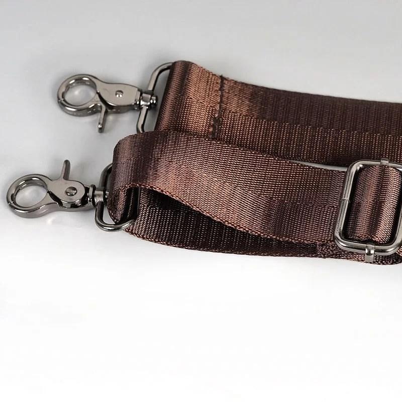 Détail de la bandoulière du sac porte-documents et ordinateur pour homme en cuir marron.