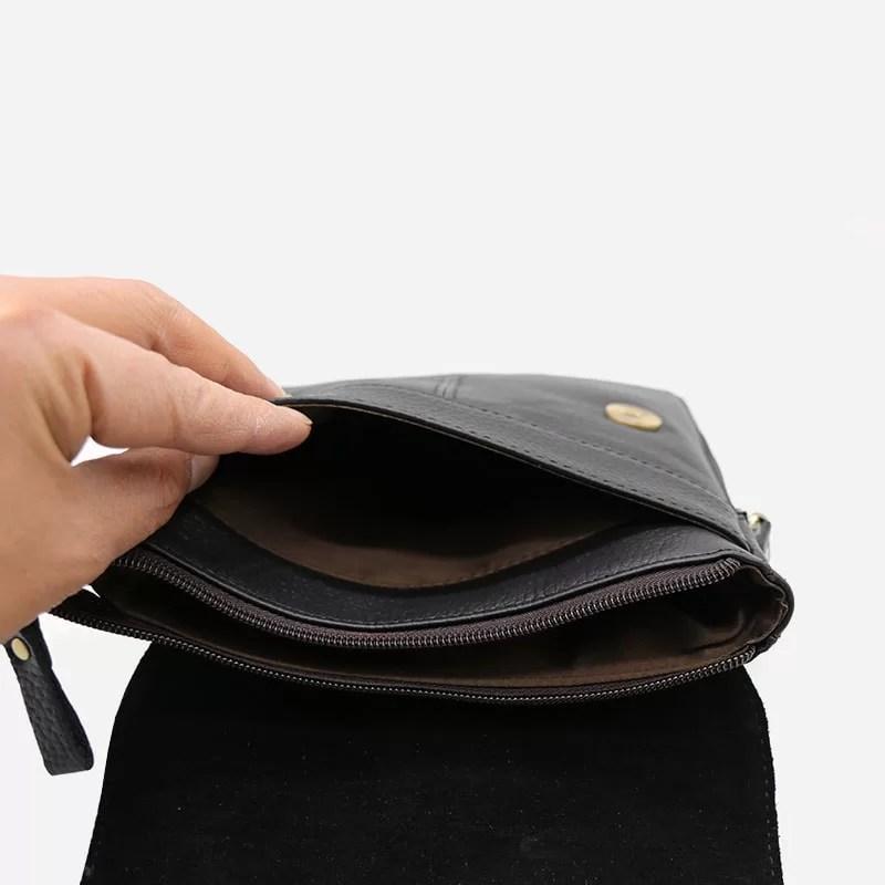 Intérieur de la petite sacoche bandoulière pour homme en cuir véritable noir pleine fleur de vachette.