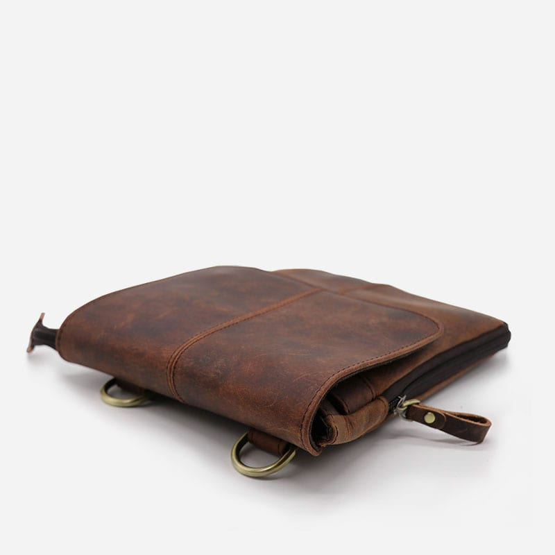 Sac bandoulière pour homme en cuir véritable marron sans sa bandoulière amovible.