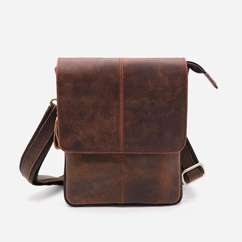 Petite sacoche pour homme en cuir véritable marron pleine fleur de vachette avec bandoulière amovible.