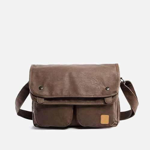 Sac besace bandoulière pour homme en cuir brun avec 2 fermoirs et 2 poches ventrales.