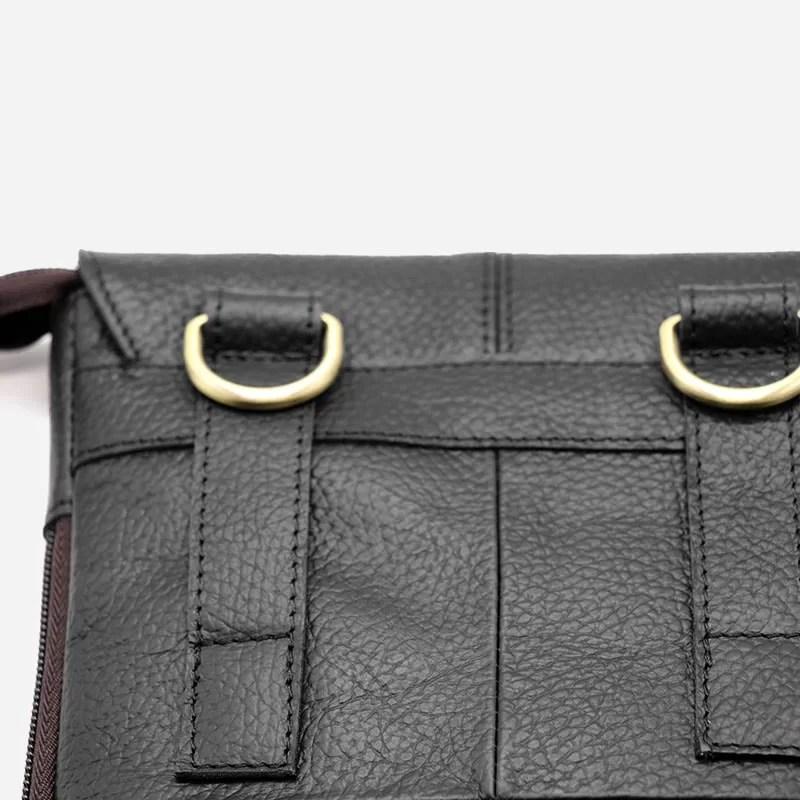 Détail du verso du petit sac pour homme en cuir véritable noir.