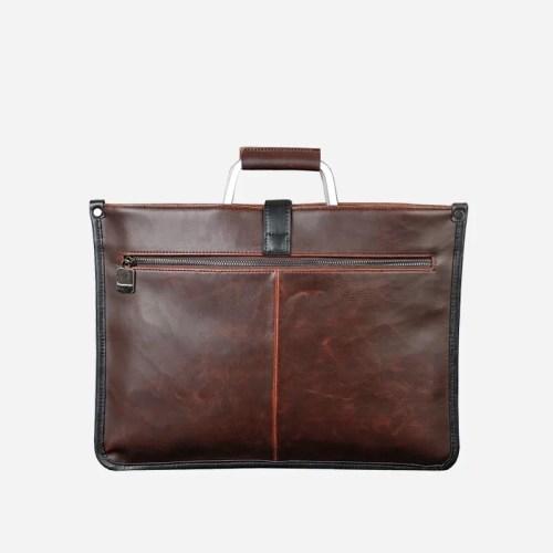 Verso de la sacoche cuir porte-documents pour homme de couleur marron et brun avec quelques touches de noires.