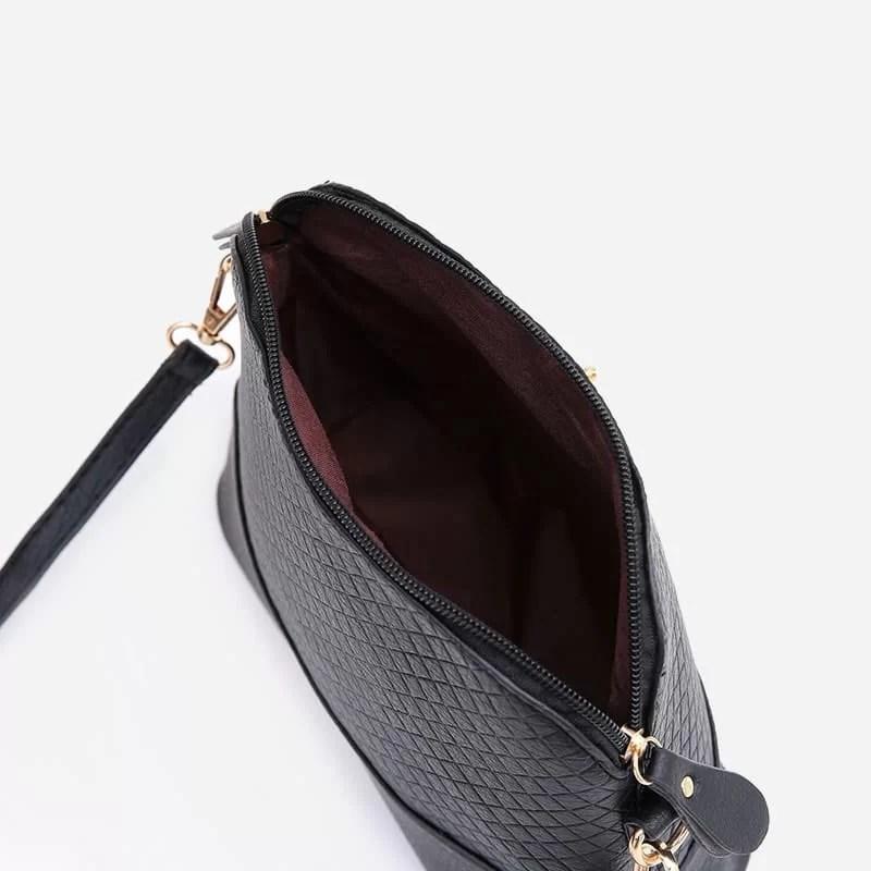 Petit sac à bandoulière en cuir noir pour femme avec des parties dorées. Cerfsbag classic. Zoom 3.
