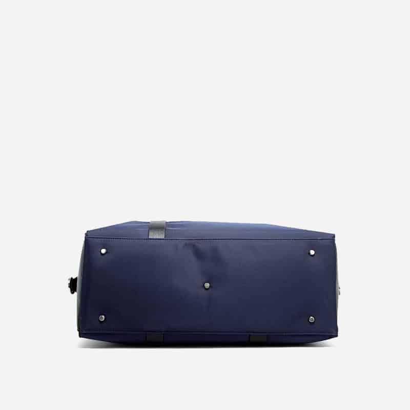 Sac à bandoulière et sacoche bleu pour homme avec plusieurs poches zippées et poches intérieures. Bopaibag Design. En dessous.