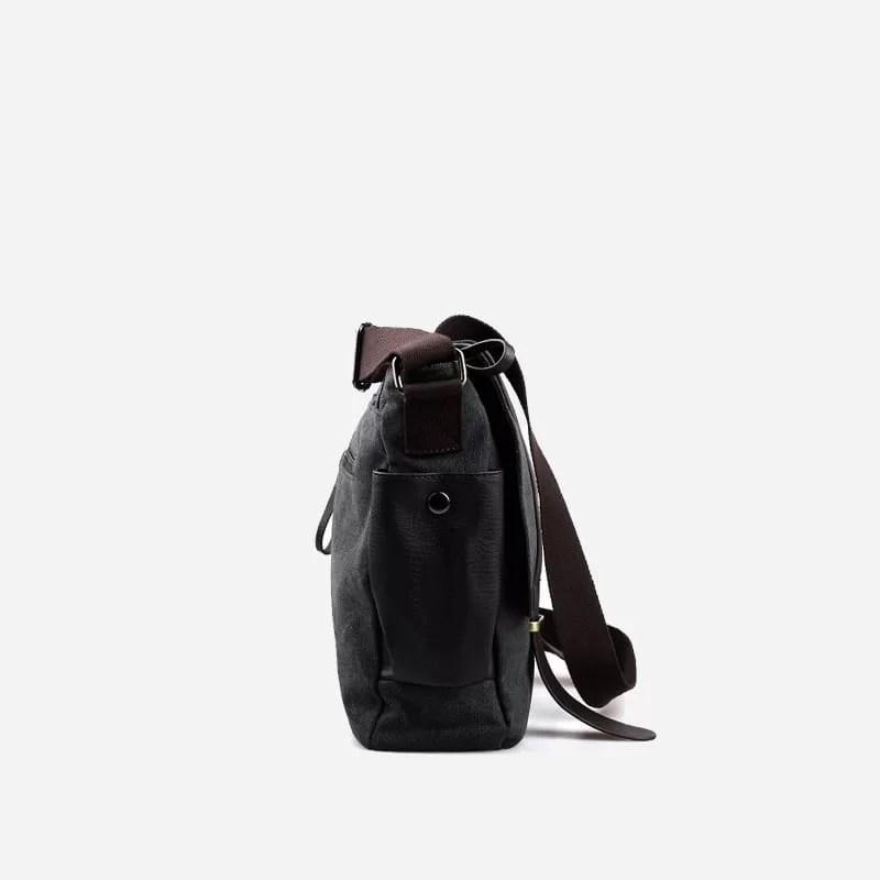 Côté du sac besace pour homme noir en toile et en cuir.